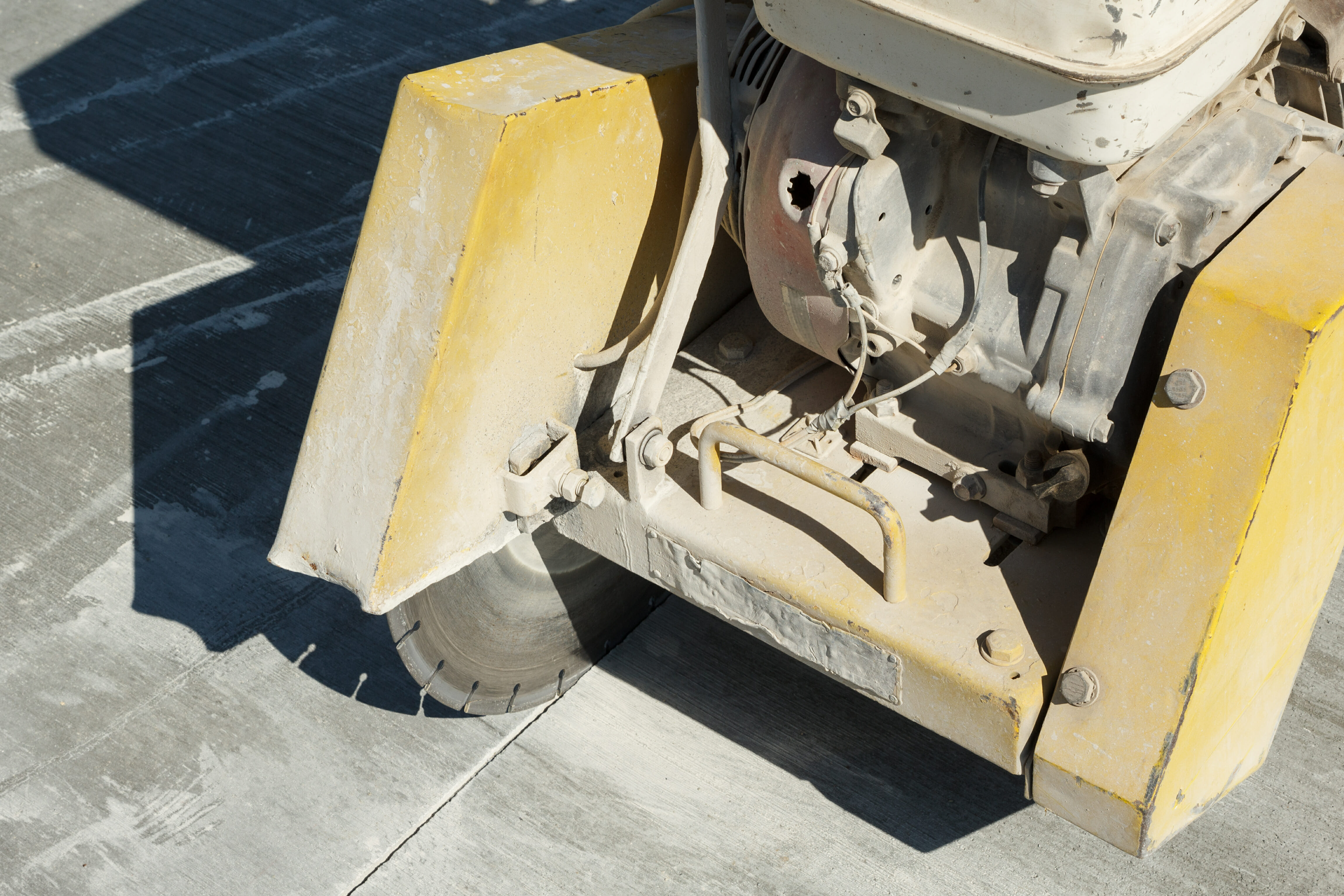 Concrete saw control joint